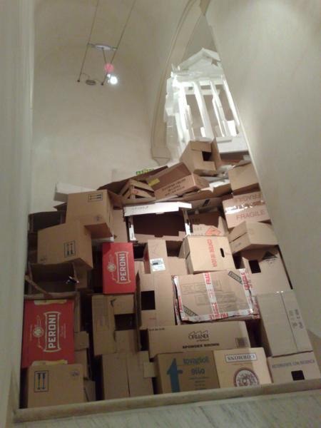 Templo_sobre_cajas_de_carton